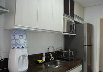 Cozinha planejada integrada a área de serviço