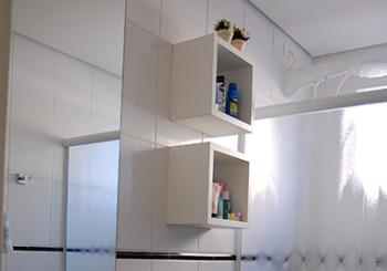 Banheiro com nichos e armário
